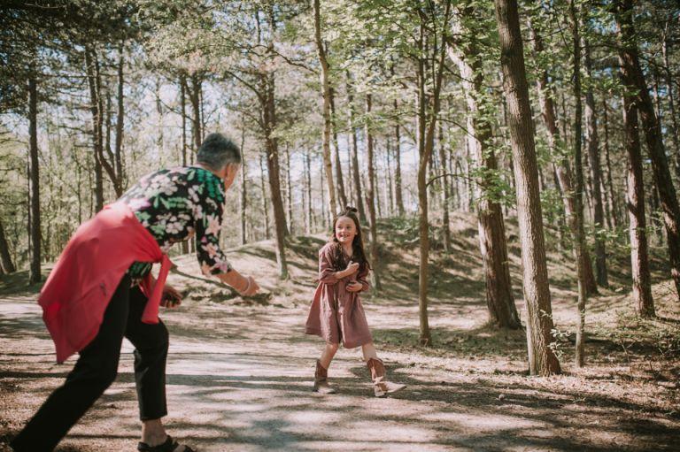 Gezinsreportage op Ameland.Oma en kleindochter aan het spelen