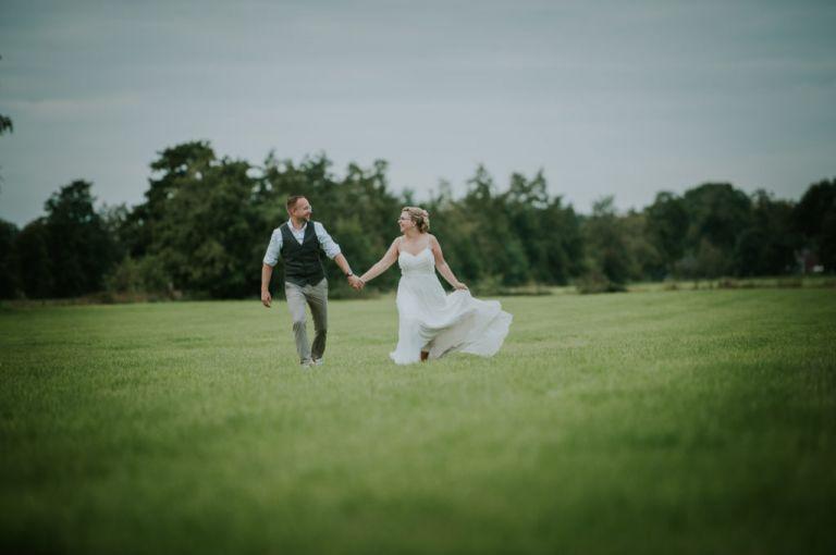 De fotoshoot van bruidspaar Nicky en Henk-Jan in het prachtige Friesland. Bruidsfotografie door trouwfotograaf Nickie Fotografie uit Dokkum