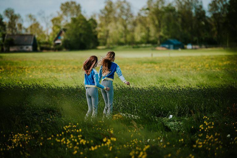 Tiktokken in het weiland, door Nickie Fotografie