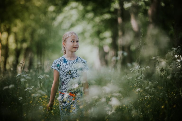 Gezinsportretten in het fluitenkruid. Portret van meisje in een veld vol met fluitenkruid, door Nickie Fotografie