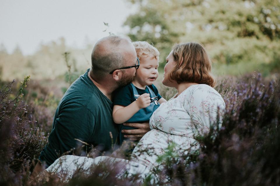 zwangerschapsshoot op de heide door fotograaf Nickie Fotografie uit Dokkum, Friesland