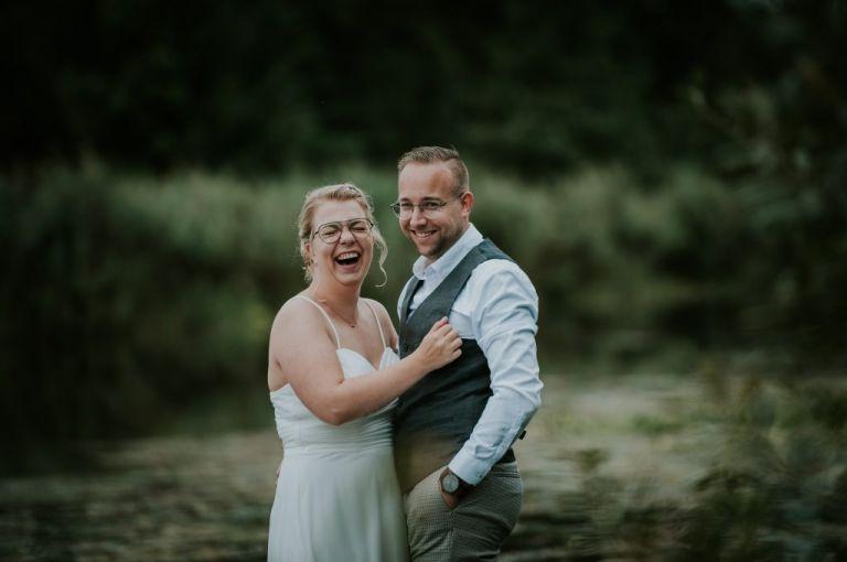 Het bruidspaar heeft de grootste lol tijdens de trouwreportage van trouwfotograaf Nickie Fotografie uit Dokkum, Friesland