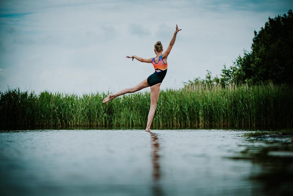 Turnfotografie, mooie turnpose door Dané Koenen in het water bij Eeltjemeer in Friesland door portretfotograaf Nickie Fotografie