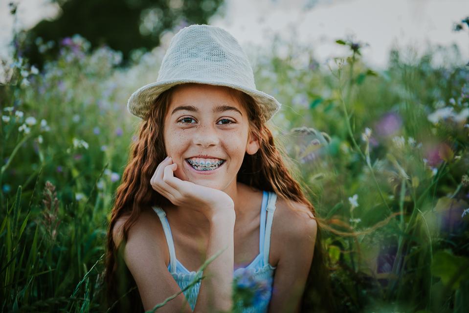 Portret van meisje met hoedje in prachtig bloemenveld door fotograf Nickie Fotografie uit Dokku, friesland