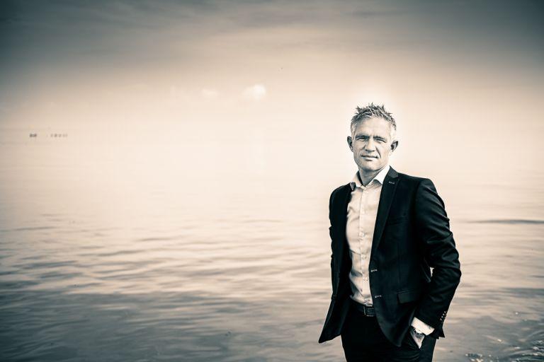 Portretfotografie van Roelof Zijlstra bij de waddenzee door portretfotograaf Nickie Fotografie uit Dokkum