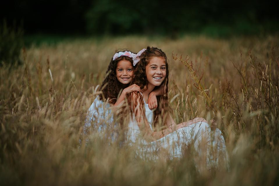 Portret van twee zussen door portretfotograaf Nickie Fotografie, fotograaf uit Dokkum, Friesland