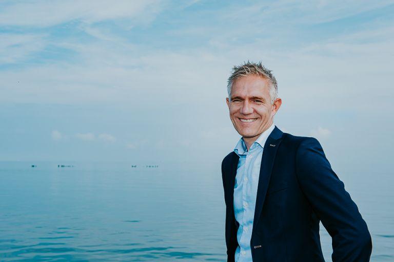 Profielportret van roelof Zijlstra bij de waddenzee door portretfotograaf Nickie Fotografie uit Friesland