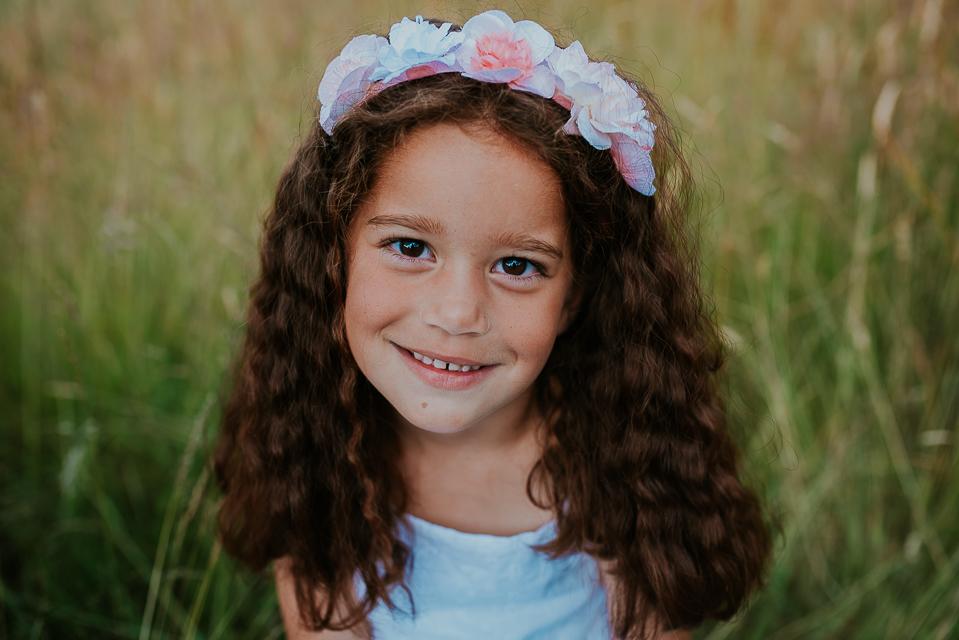 Portret van klein meisje met bloemenkrans, door portretfotograaf Nickie Fotografie uit Dokkum, Friesland