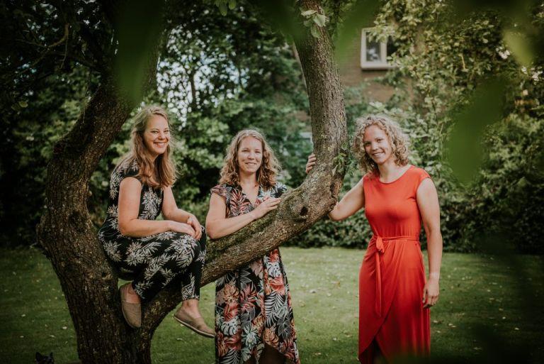 Portret bij de appelboom door fotograaf Nickie Fotografie uit Dokkum, Friesland