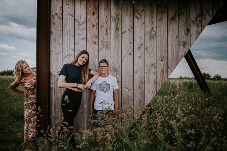 Gezinsportret bij uitkijktoren Lauwersoog door portretfotograaf Nickie Fotografie uit Dokkum, Friesland
