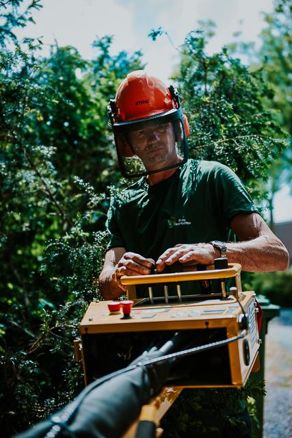 Pier Prins in actie tijdens een project van Prins Groenbeheer. Bedrijfsfotografie door Nickie Fotografie