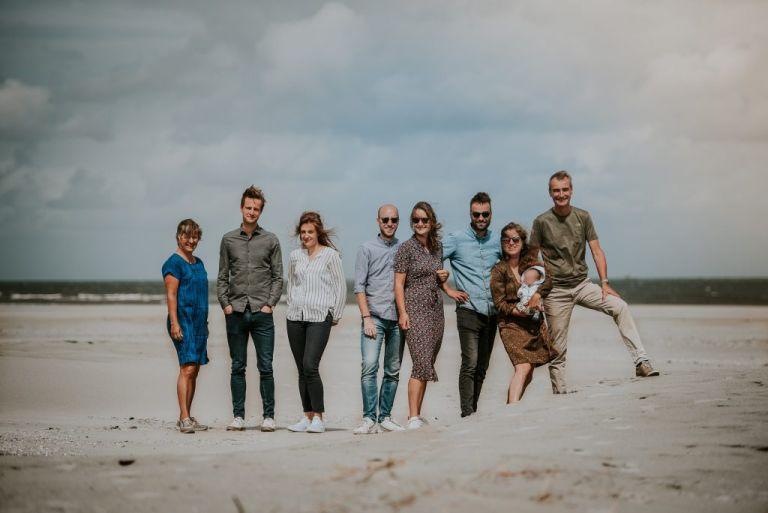 Familie fotoshoot op het strand van Ameland door fotograaf Nickie Fotografie uit Dokkum, Friesland