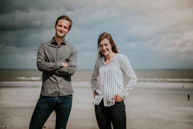 Couple shoot op het strand van Ameland door prtretfotograaf Nickie Fotografie uit Dokkum, Friesland