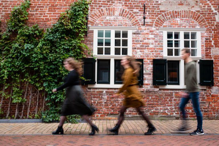 Portret van de kinderen met bewegingsonscherpte in prachtig Dokkum door portretfotograaf Nickie Fotografie uit Friesland