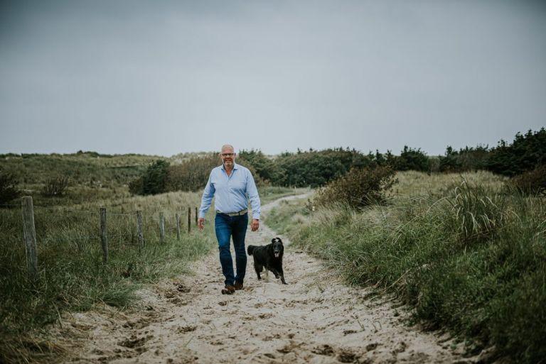 Wandelen met de hond op Ameland. Fotosessie door fotograaf Nickie Fotografie uit Dokkum