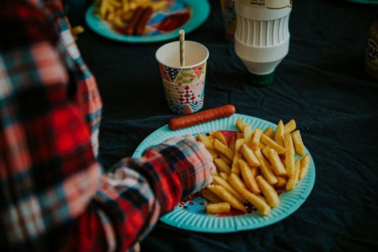 patat eten op het kinderfeestje. Fotoreportage door Nickie Fotografie