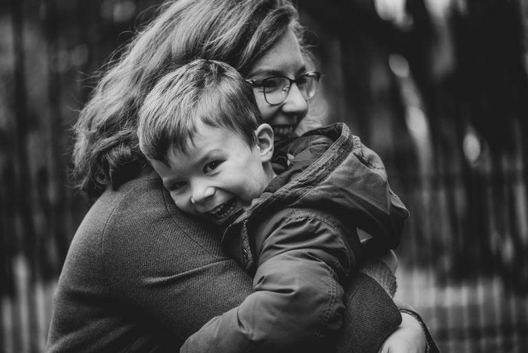 Grote knuffel aan mama. Fotoreportage door fotograaf Nickie Fotografie