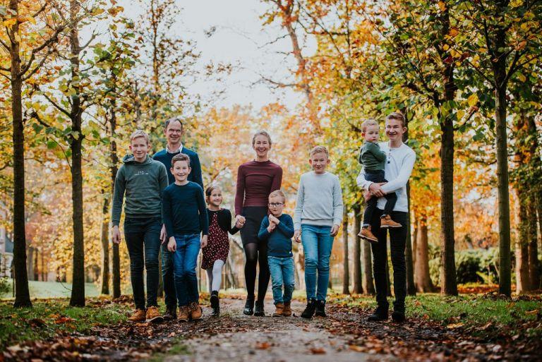Fotoshoot Friesland, gezinsshoot in de herfst door fotograaf Nickie Fotografie uit Dokkum