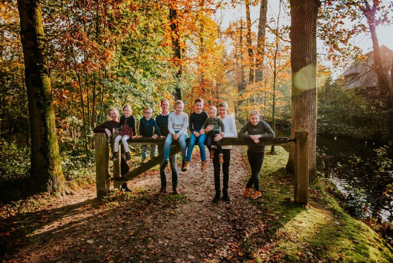 Fotosessie in de herfst in het Driesumerbos door portretfotograaf Nickie Fotografie uit Dokkum, Friesland