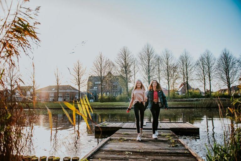 Fotosessie van twee tienermeiden op een steigertje in Dokkum, Friesland door fotograaf Nickie Fotografie