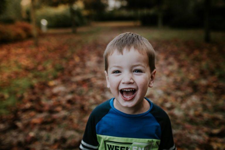 Heerlijke lach voor de foto tijdens de fotosessie in de herfst door fotograaf Nickie Fotografie