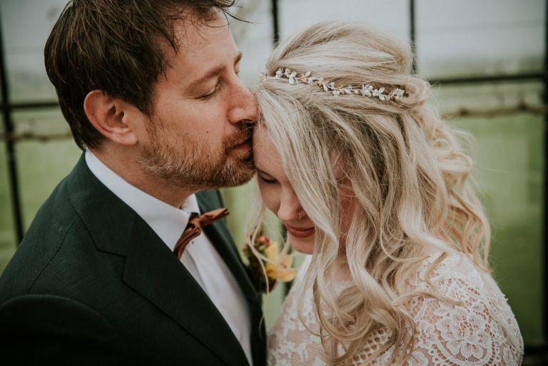 Bruidsfotografie Friesland. Knus momentje van het bruidspaar. Huwelijksreportage door huwelijksfotograaf Nickie Fotografie uit Dokkum