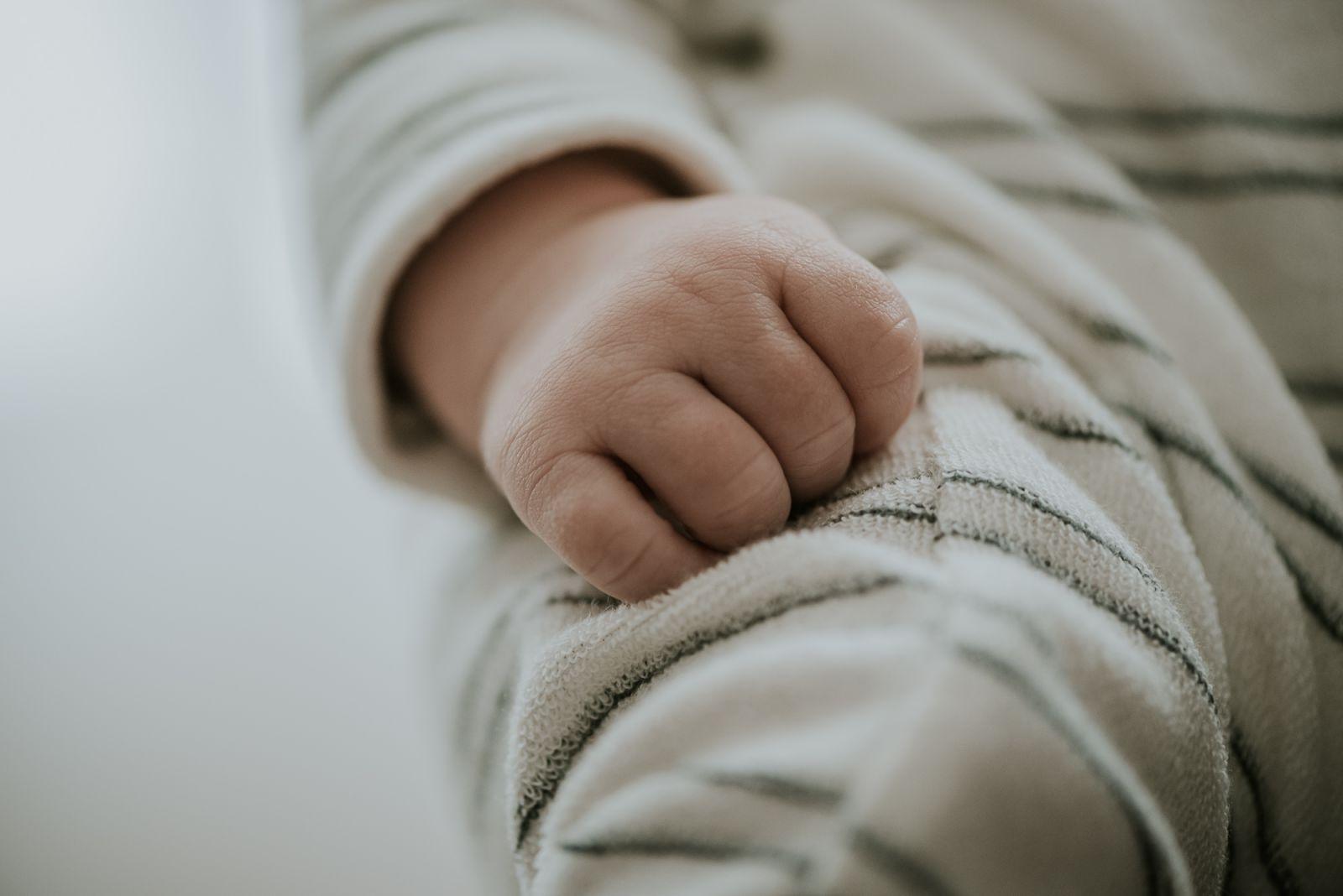 newborn baby handje door newbornfotograaf Nickie Fotografie uit Dokkum, Friesland
