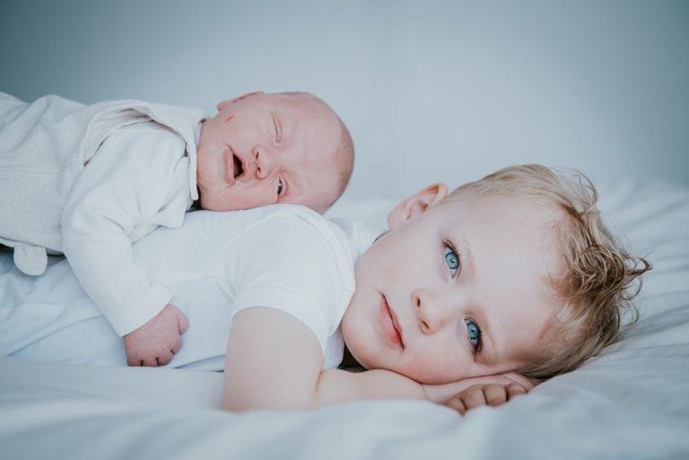 Newbornshoot met grote broer door fotograaf Nickie Fotografie uit Dokkum, Friesland