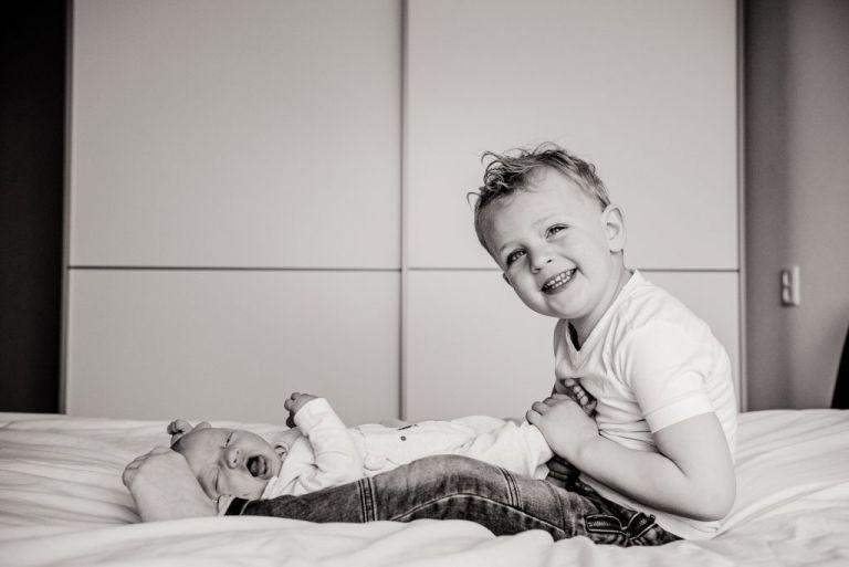 Newborn fotoshoot Friesland met grote broer voor het geboortekaartje door fotograaf Nickie Fotografie uit Dokkum