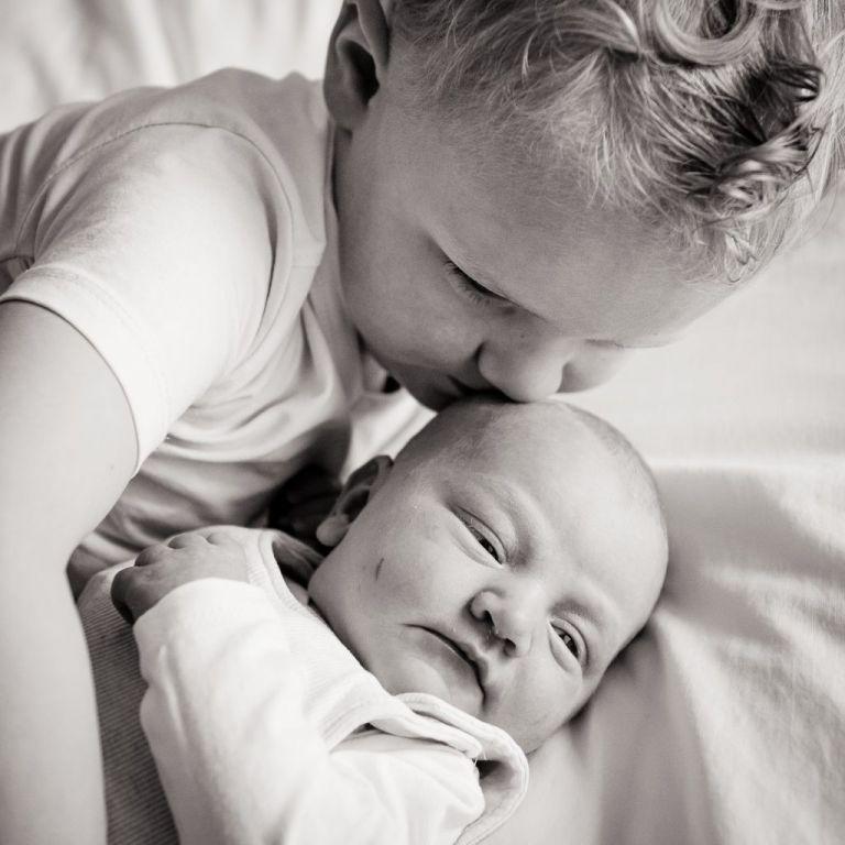 Grote broer met babyzusje. Babyfotografie door newbornfotograaf Nickie Fotografie uit Dokkum, Friesland