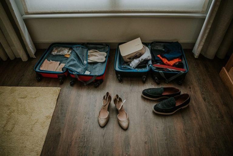 De koffers en trouwschoenen van het bruidspaar. Trouwreportage door trouwfotograaf Nickie Fotografie uit Dokkum, Friesland