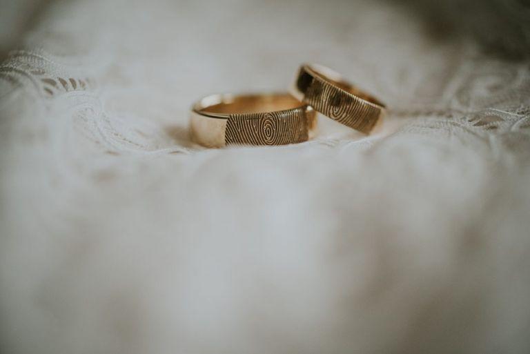 Trouwringen met vingerafdruk. Huwelijksfotografie door huwelijksfotograaf Nickie Fotografie uit Dokkum, Friesland